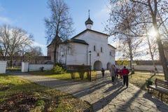 苏兹达尔,俄罗斯-06 11 2015年 通告的门教会在苏兹达尔的建造16世纪 俄罗斯旅行金黄圆环  免版税库存照片