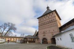 苏兹达尔,俄罗斯-06 11 2015年 Proezdnaya塔在苏兹达尔的圣Euthymius修道院被建造了16世纪 Russi金黄圆环  免版税库存图片