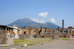 维苏威最著名的活火山世界和庞贝城,他毁坏的城市 免版税库存照片
