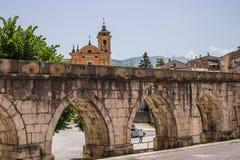苏尔莫纳中世纪渡槽,被修造在广场加里波第城附近 免版税图库摄影