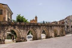 苏尔莫纳中世纪渡槽,被修造在广场加里波第城附近 库存图片