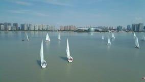 苏州,中国-双十国庆,2018年:航行游艇空中射击在湖的种族赛船会,在的都市风景 股票视频