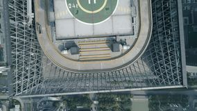 苏州,中国- 2018年10月24日:停机坪空中寄生虫视图在摩天大楼iin街市的屋顶的有都市风景的 股票视频