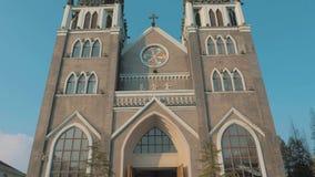 苏州,中国- 2018年12月10日:在的教会和天空蔚蓝的前面Stedicam移动的射击有两个尖顶的 股票视频