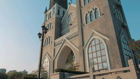 苏州,中国- 2018年12月10日:在的教会和天空蔚蓝的前面Stedicam移动的射击有两个尖顶的 股票录像