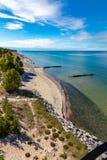 苏必利尔湖和酥脆点海滩灯塔视图  图库摄影