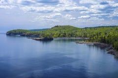 苏必利尔湖畔海岸线,分裂岩石灯塔s.p。 免版税库存照片