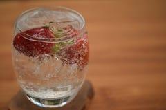 苏打水健康饮料在一块玻璃的用新鲜的草莓 免版税库存照片