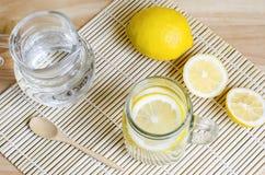 苏打用在瓶子的柠檬在木桌上-柠檬苏打 图库摄影