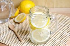 苏打用在瓶子的柠檬在木桌上-柠檬苏打 库存照片
