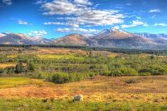 苏格兰乡下和雪冠上了山本尼维斯山五颜六色的HDR的苏格兰英国 免版税库存照片