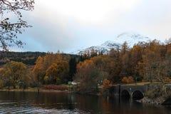 苏格兰人与桥梁的Mountian场面 库存照片