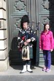 苏格兰吹风笛者和亚裔游人在爱丁堡 免版税库存图片