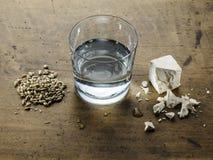 苏格兰威士忌酒三种成份:水、酵母和含麦芽的b 库存图片