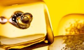 苏格兰威士忌酒特写镜头在玻璃的与在白色的冰块 免版税图库摄影