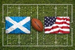 苏格兰对 在橄榄球领域的美国旗子 库存照片