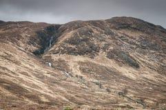 翻滚苏格兰山坡的烧伤和瀑布 免版税库存照片