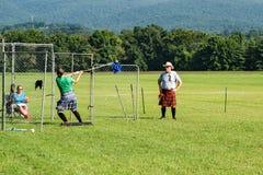 """苏格兰掷链球†""""高地比赛,萨利姆, VA 免版税库存照片"""