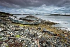 苏格兰海滩和老小船 免版税库存图片