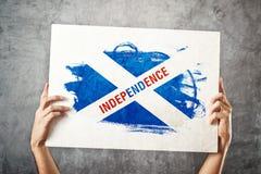 苏格兰独立旗子。拿着与Scotish inde的人横幅 免版税库存照片