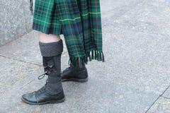 苏格兰男用短裙和毛皮袋的吹风笛者 免版税库存图片