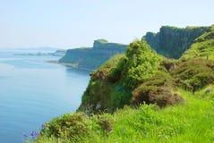 苏格兰男用短裙在斯凯岛小岛的岩层  库存图片