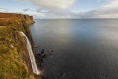 苏格兰男用短裙在苏格兰高地的岩石瀑布-自然奇迹  库存照片