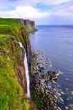 苏格兰男用短裙岩石在苏格兰高地的海岸线峭壁 图库摄影