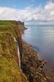苏格兰男用短裙岩石苏格兰skye瀑布 库存图片