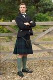 苏格兰男用短裙的英俊的年轻苏格兰男子 免版税库存图片