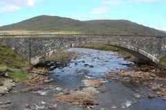 苏格兰的斯凯岛海岛西北部分 森林、很大数量的湖、t山脉和谷自然风景  图库摄影