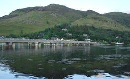 苏格兰的斯凯岛海岛西北部分 森林、很大数量的湖、t山脉和谷自然风景  库存图片