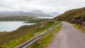 苏格兰窄路高地在山的环境美化 库存照片
