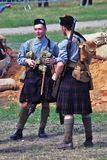 苏格兰苏格兰男用短裙的两个人 第一世界大战争斗再制定 免版税库存照片