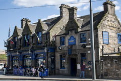 苏格兰英国爱丁堡14 05 2016 - 坐Ryrie客栈的街道的日常生活人 免版税库存图片