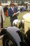 苏格兰赛车手杰基斯图尔特在Pebble海滩,加利福尼亚,加州审查葡萄酒Bugatti汽车 1985年 免版税库存照片