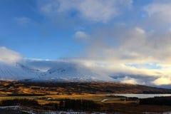 苏格兰高地雪加盖的山风景 免版税库存图片