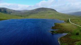 苏格兰-空中寄生虫飞行的高地的美丽的蓝色湖 股票录像