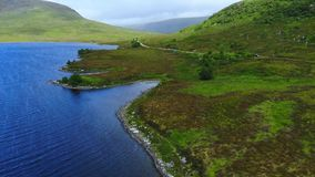 苏格兰-空中寄生虫飞行的高地的美丽的蓝色湖 股票视频