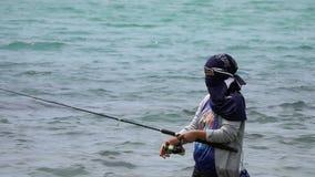 苏梅岛,泰国- 2018年8月15日:地方女性渔夫传染性的鱼在海 股票视频