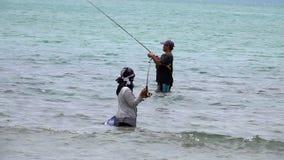 苏梅岛,泰国- 2018年8月15日:抓鱼的两位地方渔夫在海 影视素材