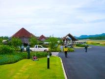 苏梅岛,泰国- 2008年6月17日:苏梅岛海岛国内机场跑道在晴天 免版税库存图片