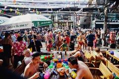 苏梅岛,泰国- 4月13 :Ð未认出的人¡ rowd水的庆祝的与节日或Songkran节日战斗 库存照片