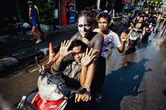 苏梅岛,泰国- 4月13 :一辆自行车的未认出的人在Songkran节日 免版税库存图片