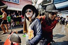 苏梅岛,泰国- 4月13 :一辆自行车的未认出的泰国人在Songkran节日 免版税库存图片