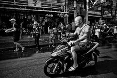 苏梅岛,泰国- 4月13 :一辆自行车的未认出的游人在水战斗节日或Songkran节日 库存照片