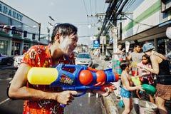 苏梅岛,泰国- 4月13 :在其他人民的未认出的人射击水在水中与节日或Songkran节日战斗 库存图片