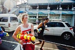苏梅岛,泰国- 4月13 :在其他人民的未认出的人射击水在水中与节日或Songkran节日战斗 库存照片