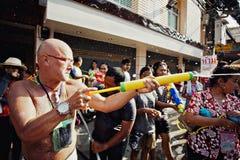 苏梅岛,泰国- 4月13 :在其他人民的未认出的人射击水在水中与节日或Songkran节日战斗 免版税库存图片