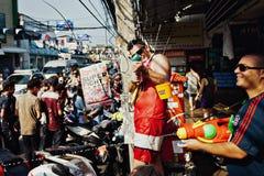 苏梅岛,泰国- 4月13 :在照相机的未认出的人射击水在Songkran节日 库存照片